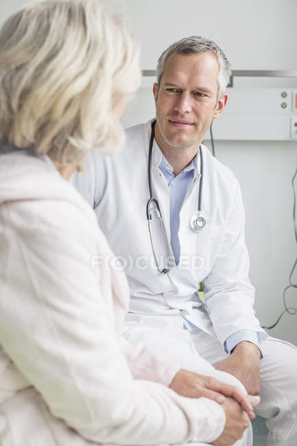 Médico escucha al paciente - foto de stock