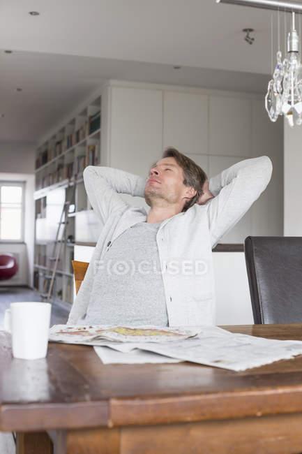 Зріла людина розслабляючий на стілець — стокове фото