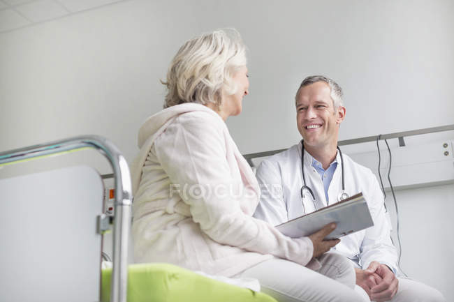 Doctor listening to patient — Stock Photo