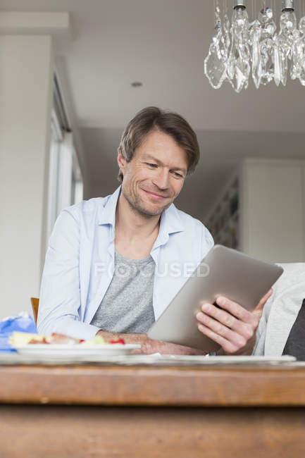 Зріла людина, використовуючи цифровий планшетний — стокове фото