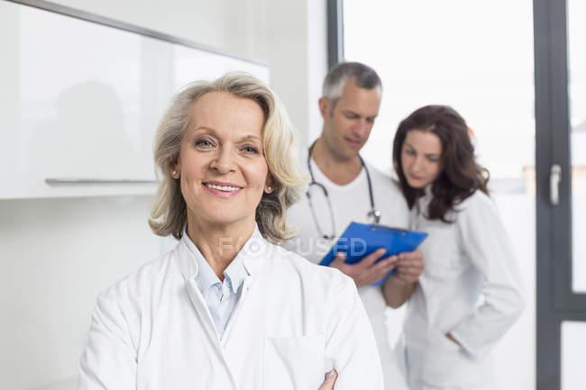 Médicos discutindo o registro do paciente — Fotografia de Stock