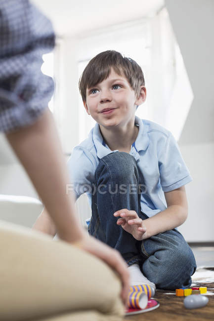 Fille et garçon jouer jeu de société — Photo de stock