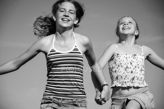 Счастливые беззаботные девушки — стоковое фото