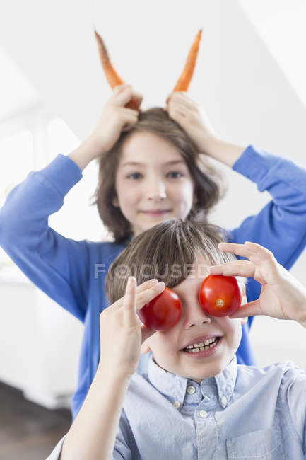 Kids playing with vegetables — Stock Photo