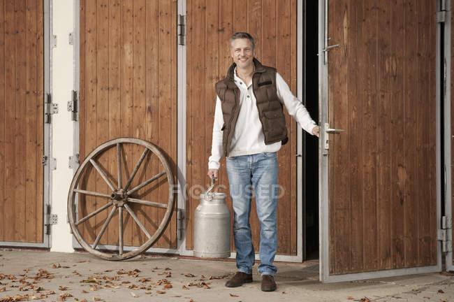 Mann mit Milchkanne — Stockfoto