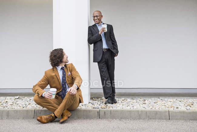 Dois homens de negócios com café — Fotografia de Stock