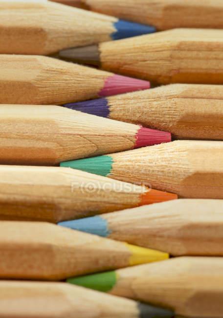 Crayons colorés placés en rangée — Photo de stock