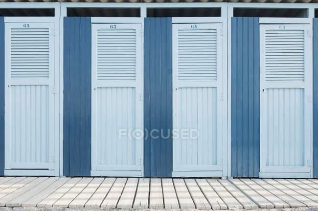 Reihe blauer Strand-Umkleidekabinen — Stockfoto
