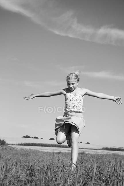Счастливая девушка работает на поле — стоковое фото