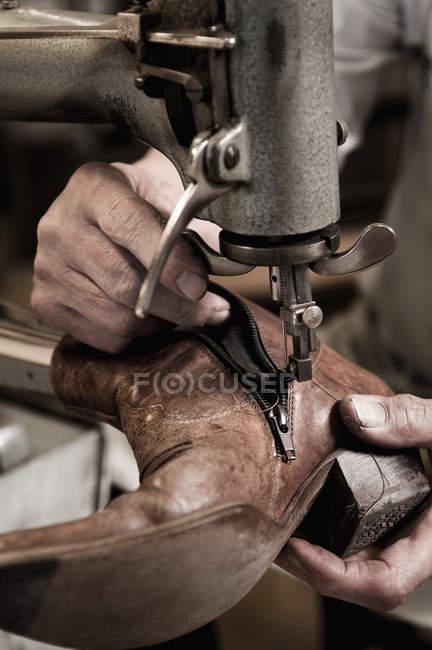 Sapateiro trabalhando na oficina — Fotografia de Stock