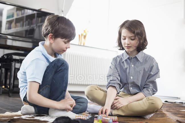 Сестра і брат гра настільна гра — стокове фото