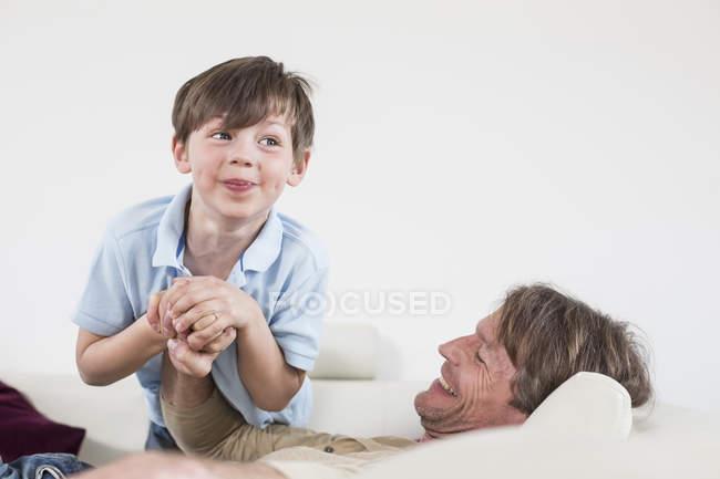 Vater und Sohn haben Spaß zusammen — Stockfoto