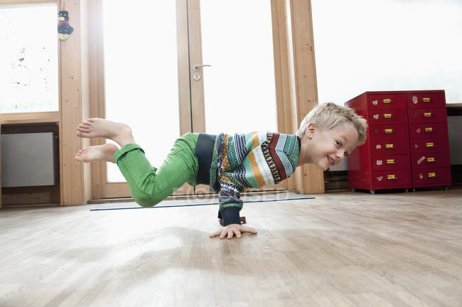 Молодий хлопчик брейк-данс — стокове фото