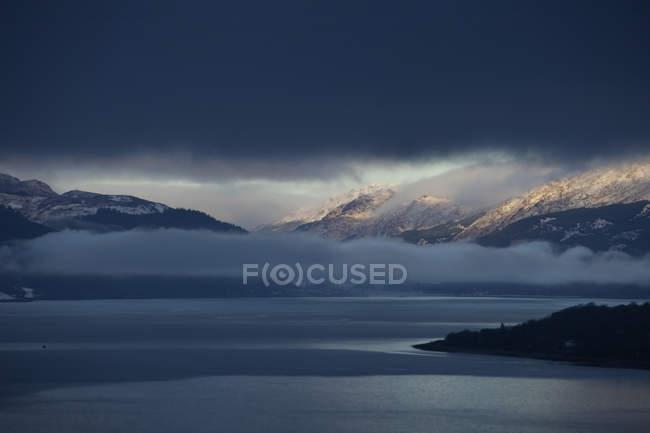 Paisaje nevado de la montaña - foto de stock