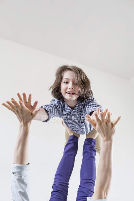 Mère équilibrage fille sur pieds — Photo de stock