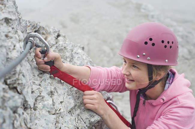 Young teenage girl climbing — Stock Photo