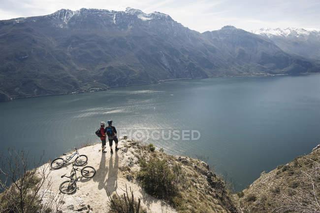 Men with bikes at Lake Garda — Stock Photo