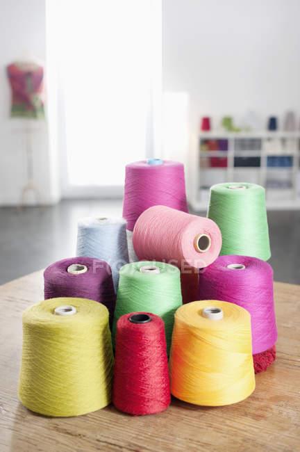 Multicoloras ovillos de hilo de coser - foto de stock