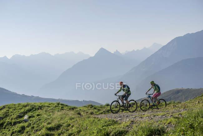 Mountain-Biker-Freunde weiter bergan Reiten — Stockfoto