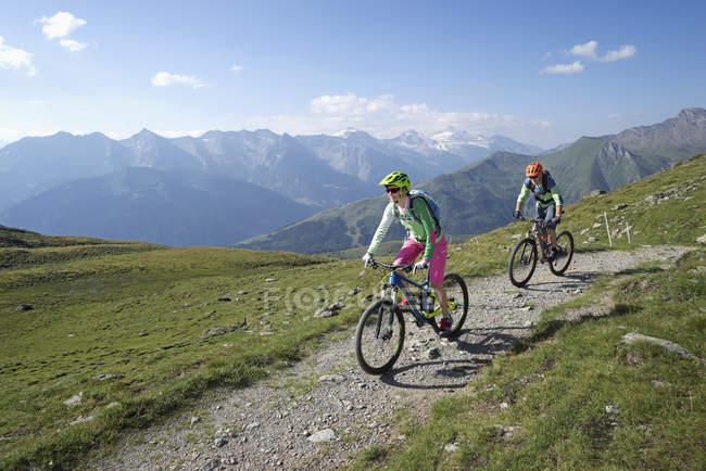 Biker-Freunde weiter bergan Reiten — Stockfoto
