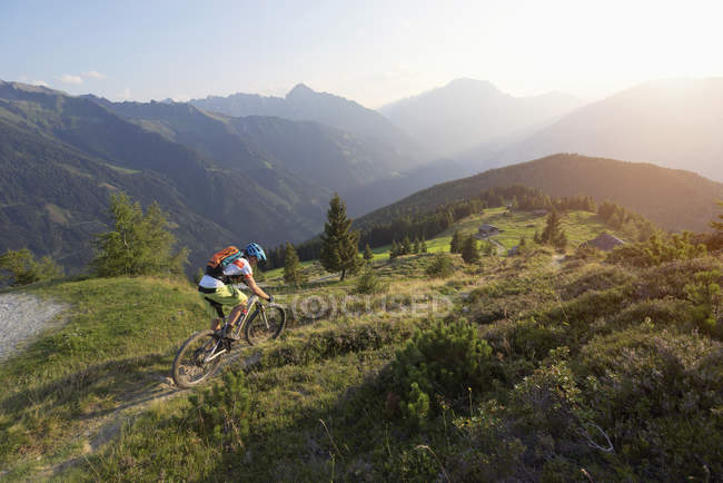 Mountainbiker fahren weiter bergan in alpine — Stockfoto