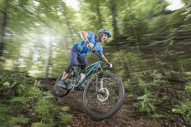 Катание на горном велосипеде — стоковое фото