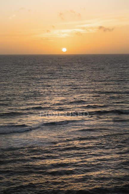 Vue panoramique sur le coucher du soleil sur la mer — Photo de stock