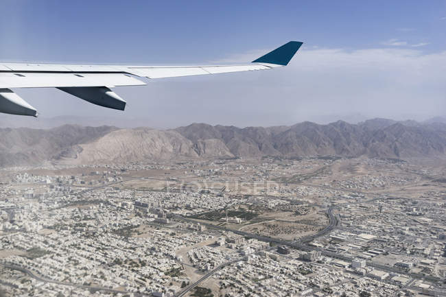Avion vole au-dessus de ville — Photo de stock