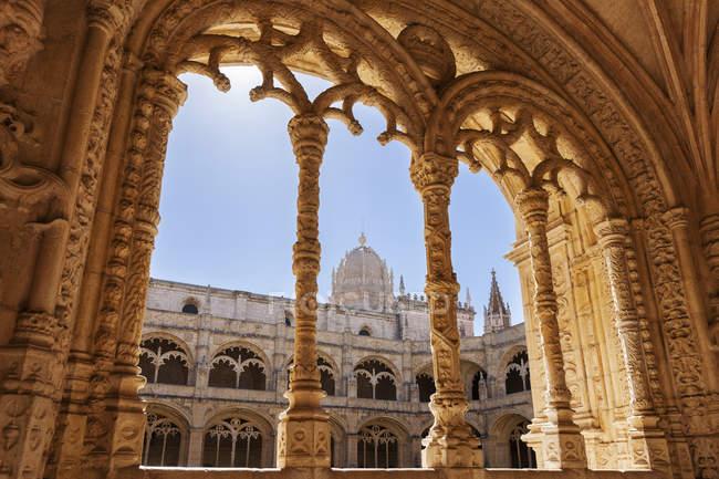 Monastère de Jeronimos vu à travers l'arche — Photo de stock