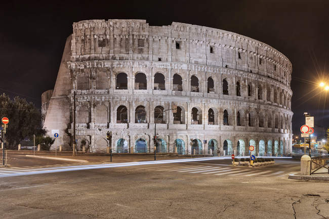 Coliseu iluminado à noite — Fotografia de Stock
