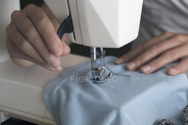 Кравчині зшивання полотнище на швейні машини — стокове фото
