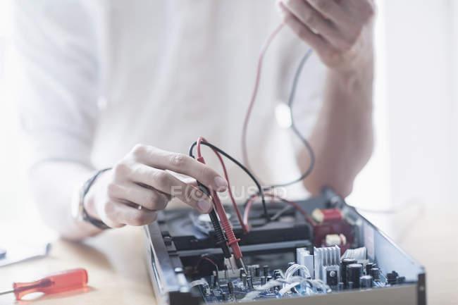 Ingenieur, CD-Player in Werkstatt Reparatur — Stockfoto