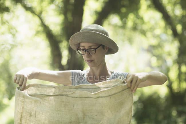 Frau arbeitet im städtischen Garten — Stockfoto