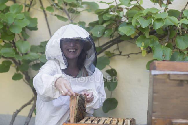 Beekeeper holding honeycomb — Stock Photo