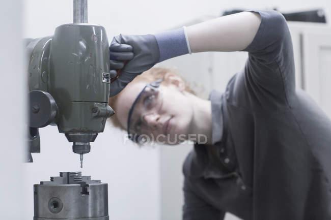 Ingenieur, Blick auf CNC-Maschine — Stockfoto