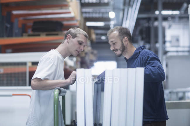 Store workers working in warehouse — Stock Photo
