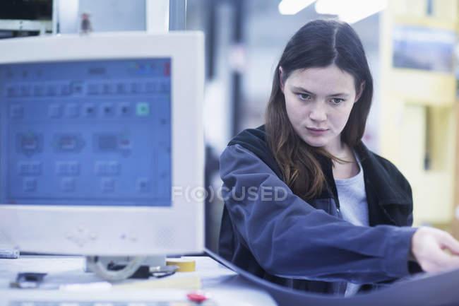 Imprimir trabalhador a trabalhar no computador — Fotografia de Stock