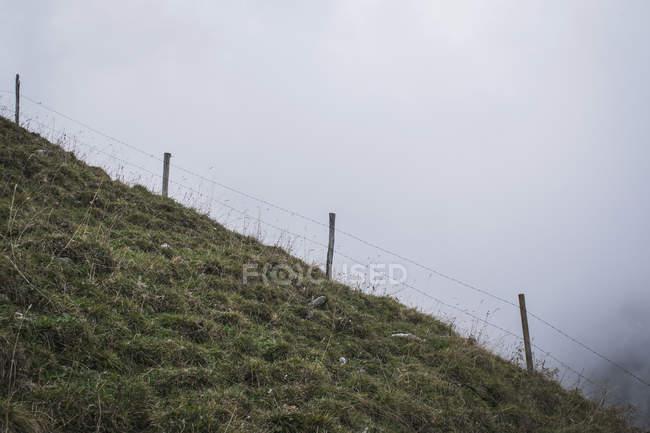Zaun auf einem steilen Hügel — Stockfoto