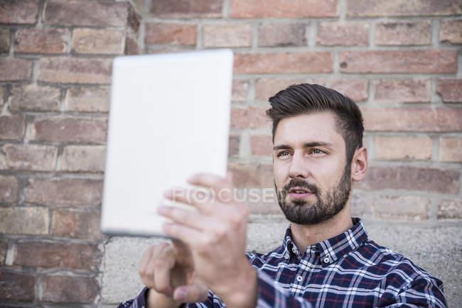 Homem tomando selfie com tablet digital — Fotografia de Stock