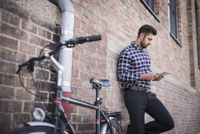 Uomo che utilizza tablet digitale — Foto stock