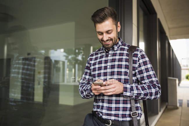 Messagerie texte homme sur téléphone mobile — Photo de stock