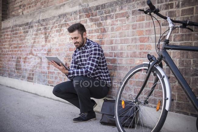 Mann nutzt digitales Tablet — Stockfoto