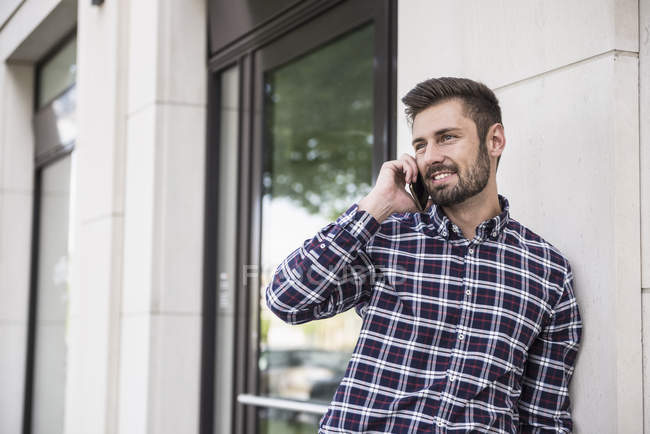 Homem falando no telefone móvel — Fotografia de Stock