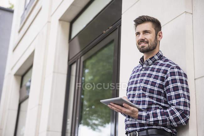 Homem trabalhando em tablet digital — Fotografia de Stock