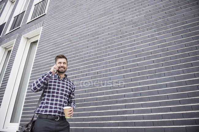 Homem falando no celular — Fotografia de Stock