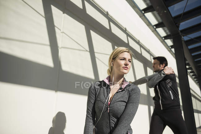 Homem e mulher fazendo alongamento — Fotografia de Stock
