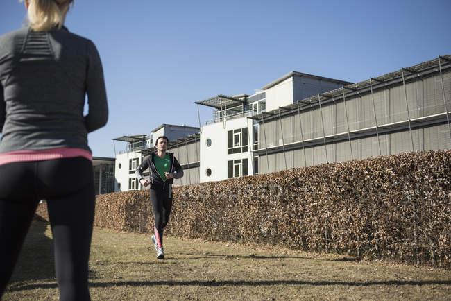 Homme d'observation femme jogging — Photo de stock