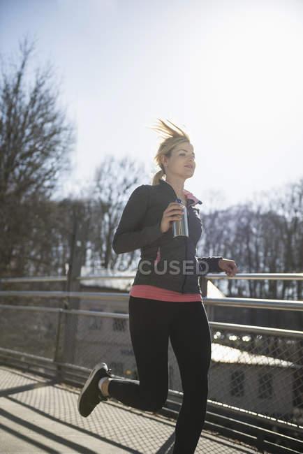 Femme en jogging de vêtements de sport — Photo de stock
