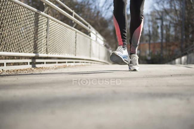 Man jogging on bridge — Stock Photo