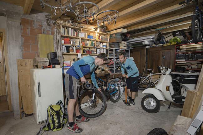 Herren Fahrrad Aufpumpen — Stockfoto